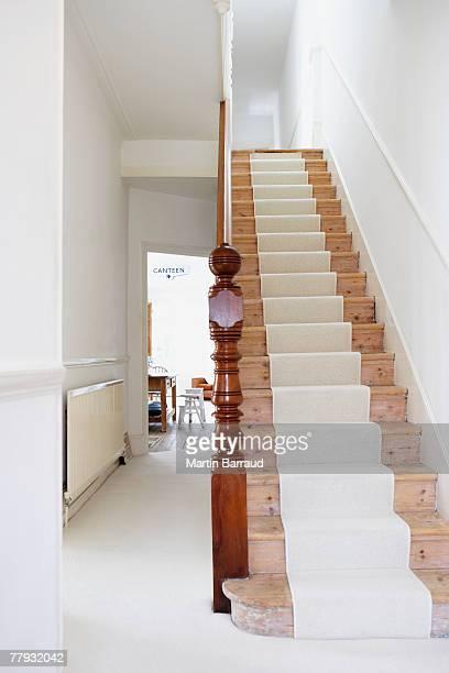 Tapis d 39 escalier photos et images de collection getty images - Couloir avec escalier ...