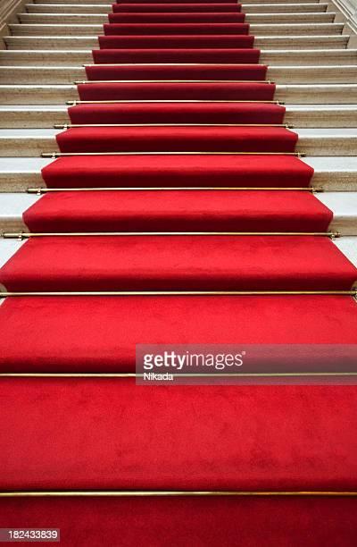 Escalier recouvert de tapis rouge
