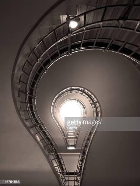 Treppen in eine helle Glühbirne in Form