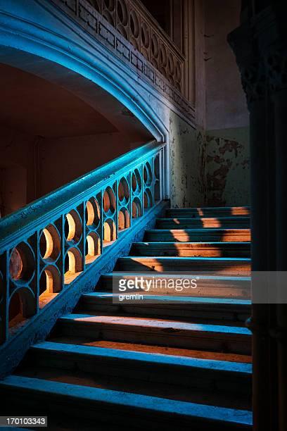 Les escaliers dans un abandonné château européen