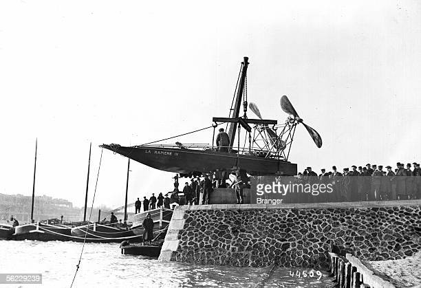 Stake to the water of ' La Rapiere IV ' hydroplane to exterior helixes Paris March 1909 17 BRA44509