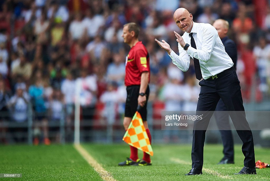 <a gi-track='captionPersonalityLinkClicked' href=/galleries/search?phrase=Stale+Solbakken&family=editorial&specificpeople=2726325 ng-click='$event.stopPropagation()'>Stale Solbakken</a>, head coach of FC Copenhagen applaus during the Danish Alka Superliga match between FC Copenhagen and AGF Aarhus at Telia Parken Stadium on May 29, 2016 in Copenhagen, Denmark.