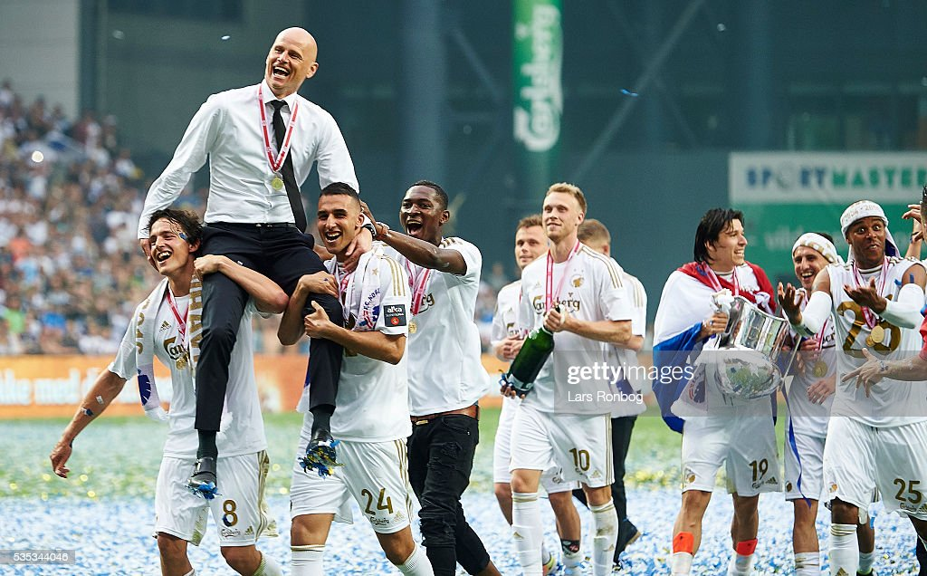 <a gi-track='captionPersonalityLinkClicked' href=/galleries/search?phrase=Stale+Solbakken&family=editorial&specificpeople=2726325 ng-click='$event.stopPropagation()'>Stale Solbakken</a>, head coach of FC Copenhagen celebrate with his players as Danish Champions 2015/2016 after the Danish Alka Superliga match between FC Copenhagen and AGF Aarhus at Telia Parken Stadium on May 29, 2016 in Copenhagen, Denmark.