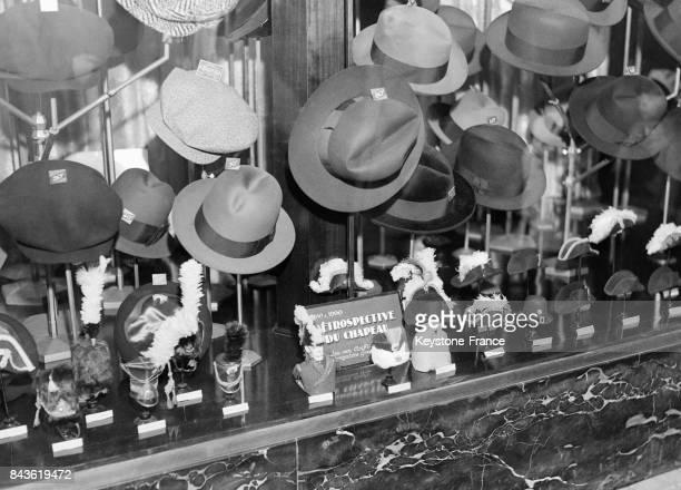 Stand d'exposition de chapeaux lors d'une 'Rétrospective du Chapeau' circa 1930