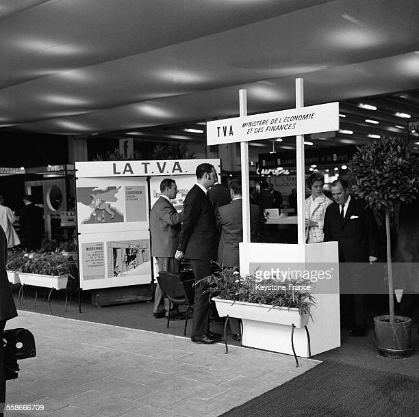 Quipement stock photos and pictures getty images for Porte de versailles salon formation artistique