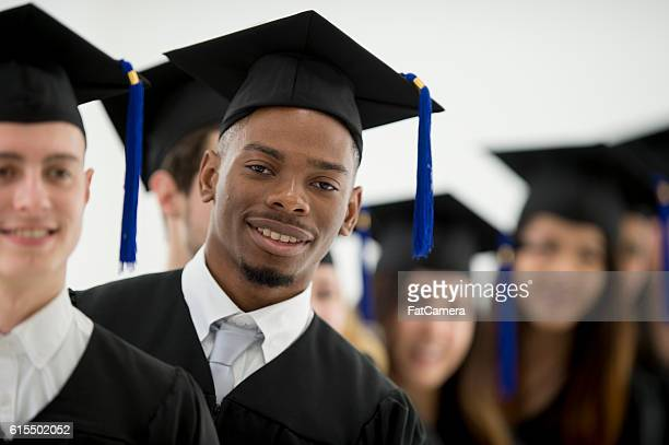 Stehen gemeinsam vor ihrem Abschluss