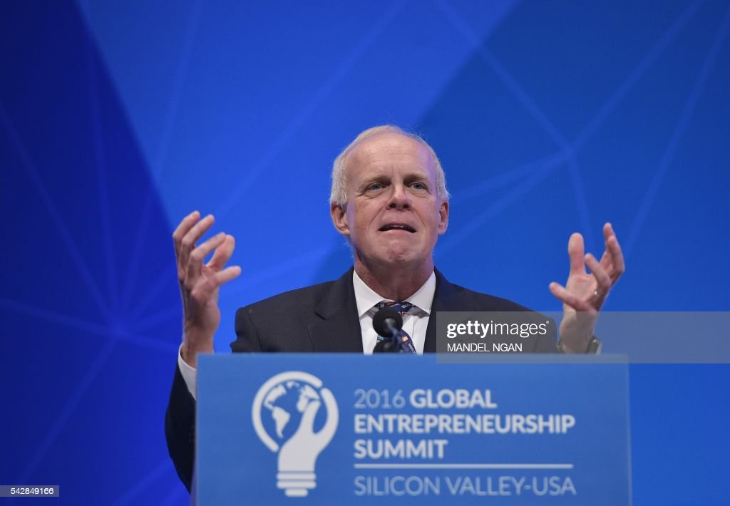 Stanford University President John Hennessy introduces US President Barack Obama at the Global Entrepreneurship Summit at Stanford University in Stanford, California on June 24, 2016. / AFP / Mandel NGAN