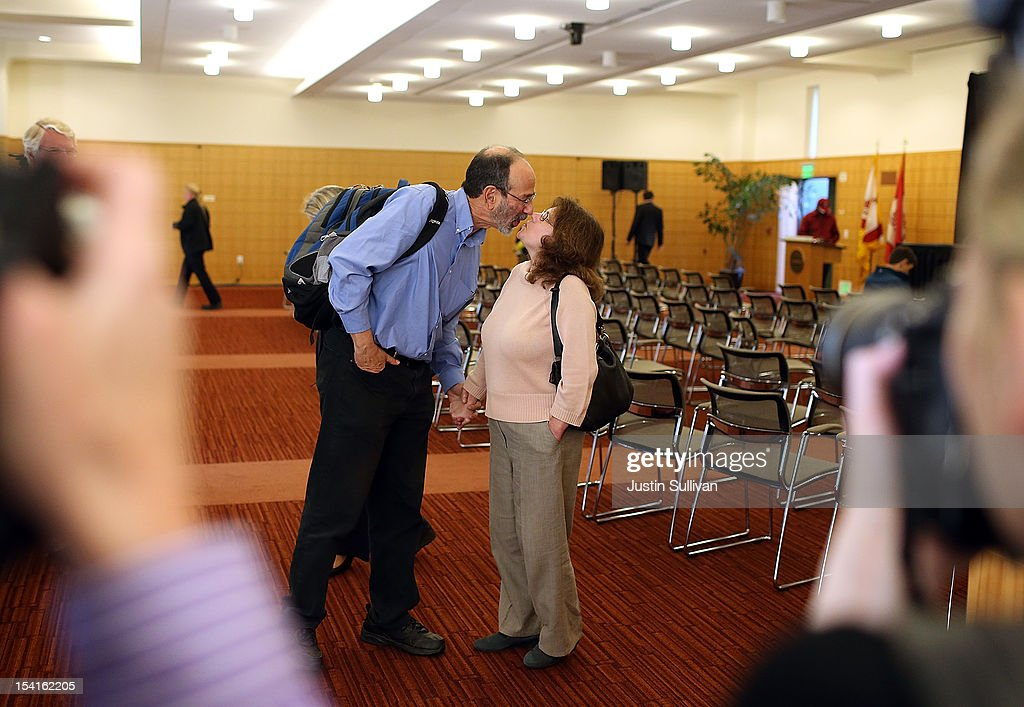 Stanford visiting professor Alvin Roth (L) kisses his wife during a press conference announcing his Nobel Prize in economics on October 15, 2012 in Stanford, California. Americans Alvin Roth and Lloyd Shapley were awarded the prize for their work on market design and matching theory.