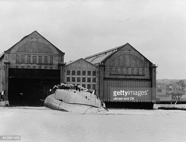 Stapellauf des ersten französischen AtomUBootes 'Le Redoutable' in Cherbourg Das Boot verlässt die Halle