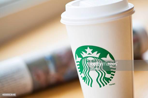 Starbucks Coffee (スターバックスコーヒー)のカップで新聞