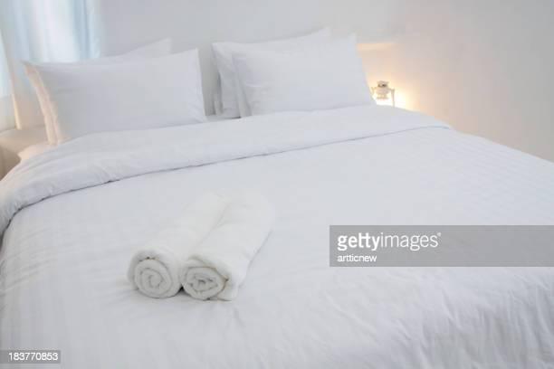 Blanco y lujoso dormitorio del hotel