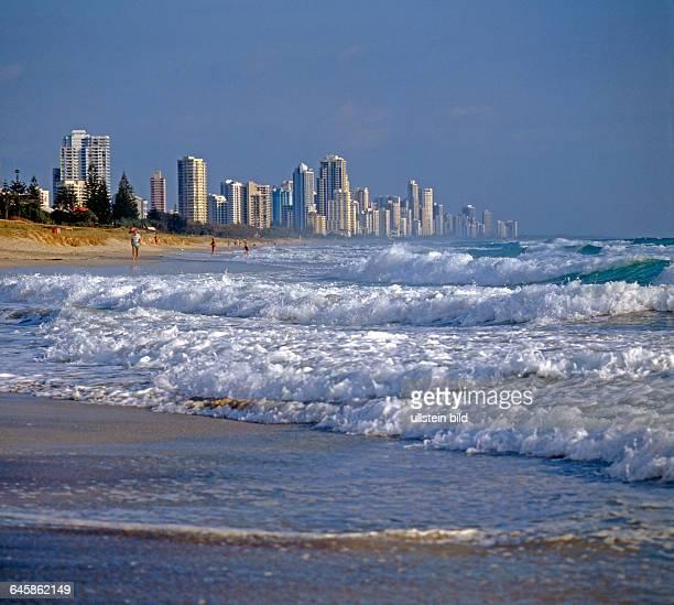 Starke Brecher rollen gegen den Strand von Surfers Paradise an der Goldkueste in Queensland Australien