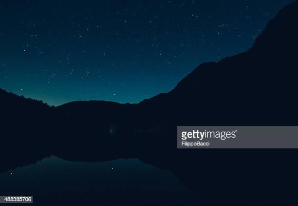 星空の山の湖
