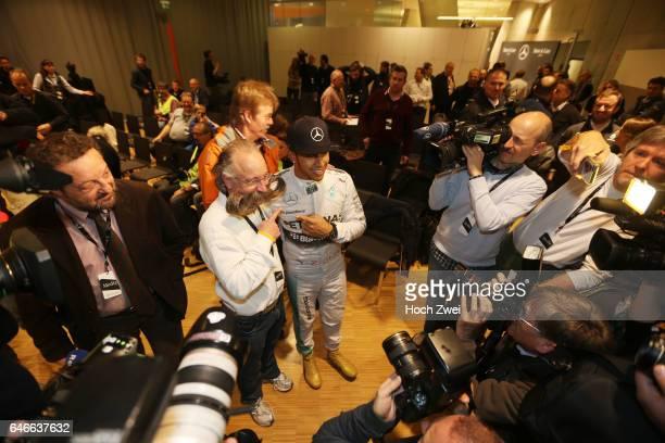 Stars Cars Stuttgart Pressekonferenz Horst Lichter Lewis Hamilton