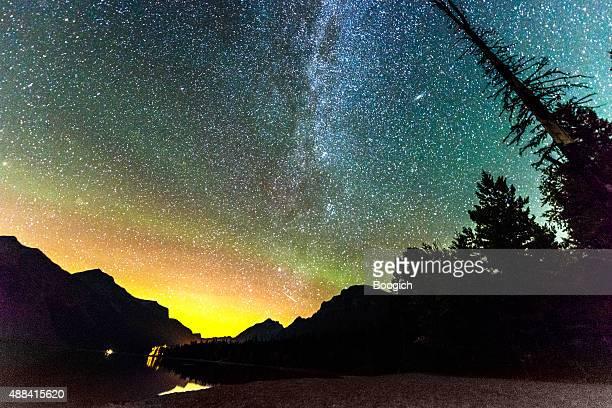 Estrellas en cielo nocturno paisaje de montaña parque nacional de los glaciares Estados Unidos