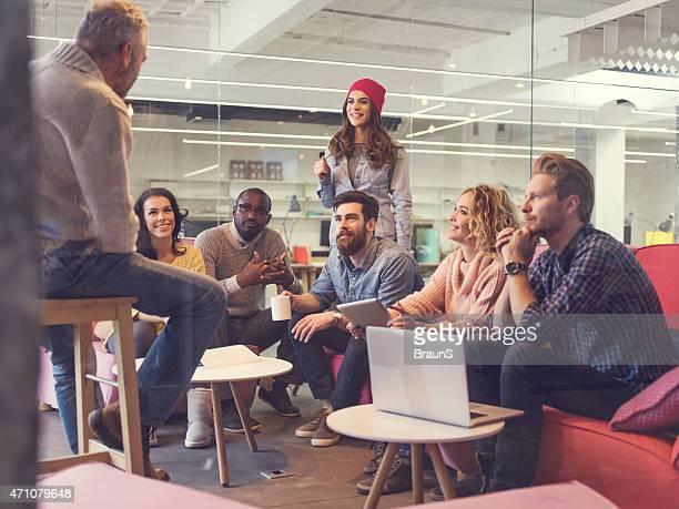 Start-up-team bei einem Treffen.   Blick durch Glas.
