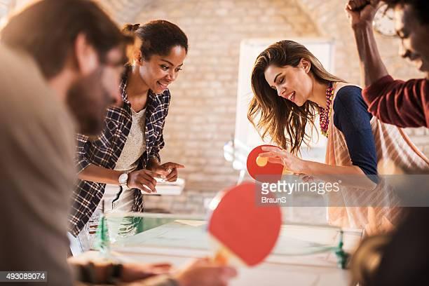 Démarrage équipe et de s'amuser tout en jouant au tennis de table.