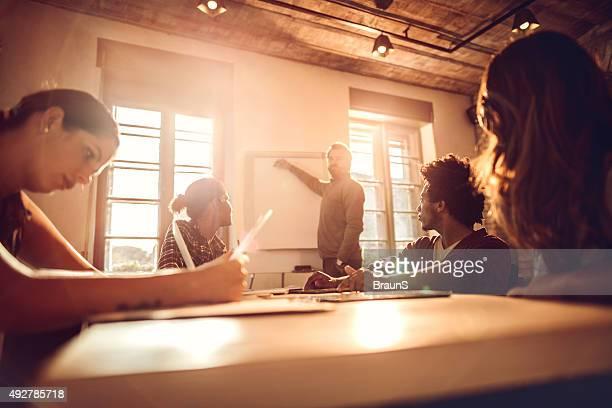 Démarrage équipe faisant un plan d'affaires pour une réunion.