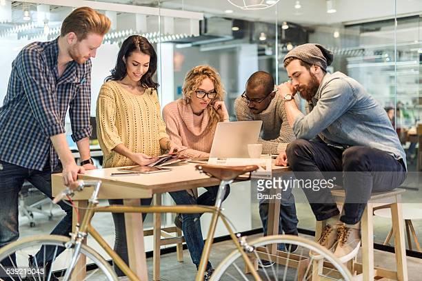 Start-up-team bei der Arbeit im Büro.