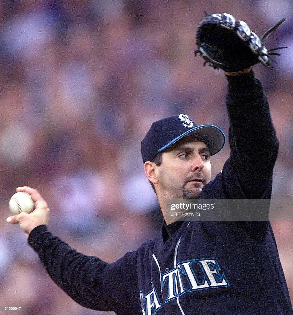 Starting pitcher Paul Abbott of the Seattle Mariners throws against the New York Yankees 14 October 2000 during game 4 of the American League...