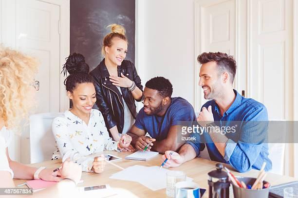 Commencez l'agence, réunion de l'équipe multi ethnique