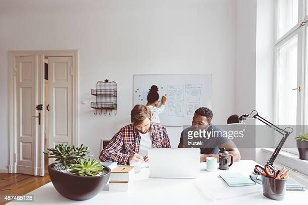 Commencez l'agence, deux jeune homme travaillant ensemble