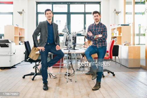 Equipo de una empresa de reciente creación en la oficina