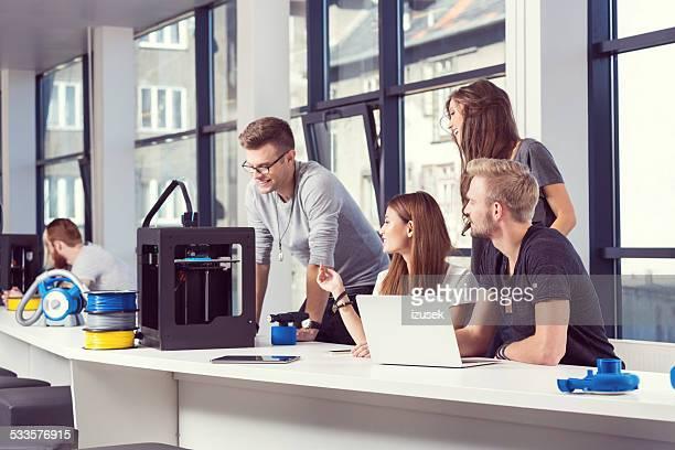 Start-up Team di Business al lavoro nella stampante 3D in ufficio