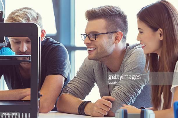 Start-up-Team bei der Arbeit im Büro 3D-Drucker
