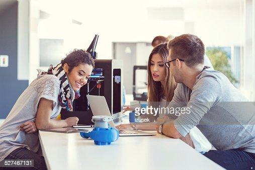 Arranque el equipo de negocios trabajando juntos