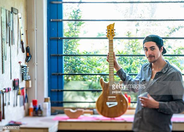 Inbetriebnahme, Mann Gebäude Gitarre in seinem Atelier