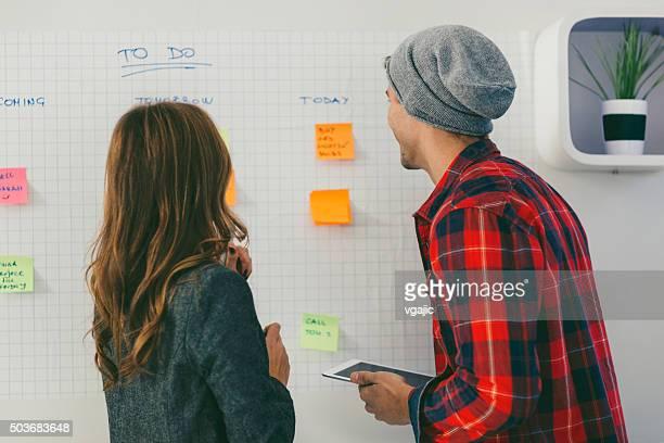 Start-up-Team, die Diskussion in der Nähe von Whiteboard