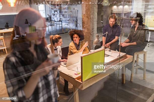 """Star """"équipe de communication sur une réunion dans le bureau."""