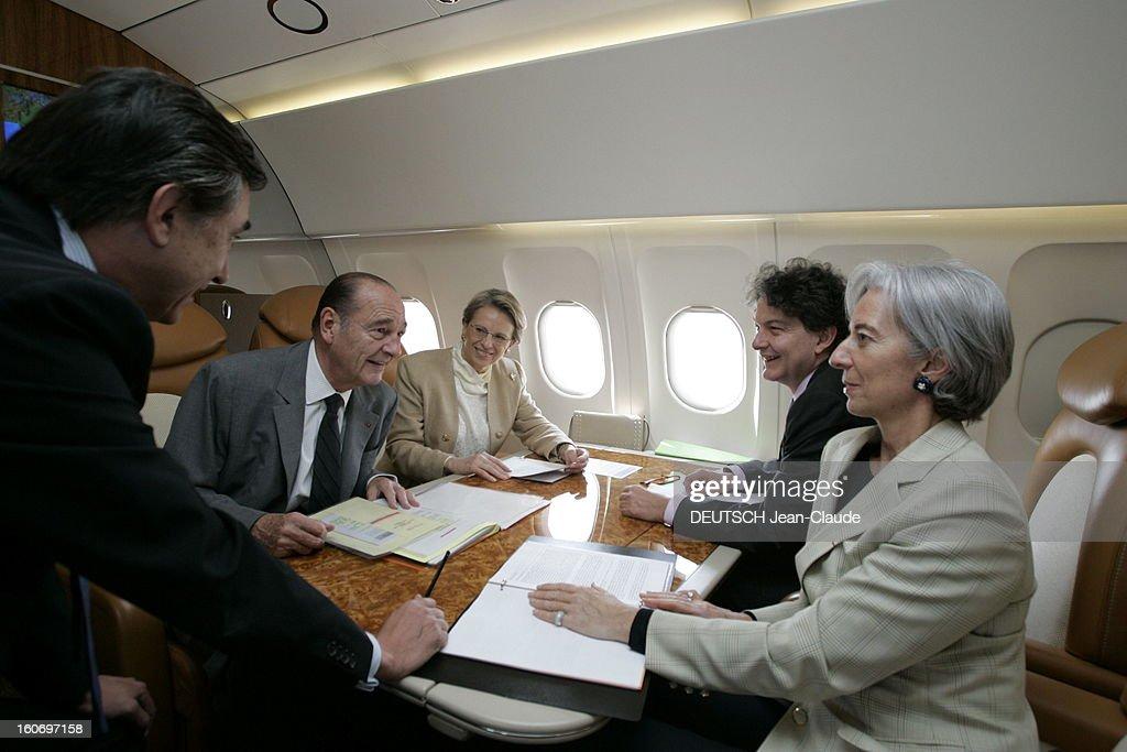State Visit Of <a gi-track='captionPersonalityLinkClicked' href=/galleries/search?phrase=Jacques+Chirac&family=editorial&specificpeople=165237 ng-click='$event.stopPropagation()'>Jacques Chirac</a> In India Via Thailand. Attitude souriante de Jacques CHIRAC dans l'Airbus présidentiel, entre Bangkok et New Delhi, faisant le point avec ses quatre ministres, Michèle ALLIOT-MARIE pour la Défense, Thierry BRETON pour l'Economie et les Finances, Christine LAGARDE pour le Commerce extérieur et Philippe DOUSTE-BLAZY pour les Affaires étrangères.