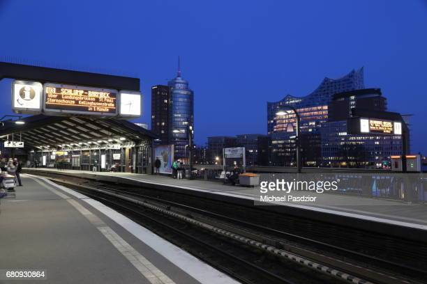 Station at Baumwall and Elbphilharmonie at dusk