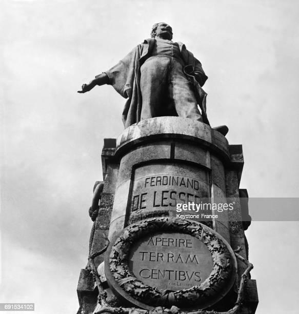 Statue de Ferdinand de Lesseps à l'entrée du Canal de Suez à PortSaïd Egypte le 30 novembre 1956
