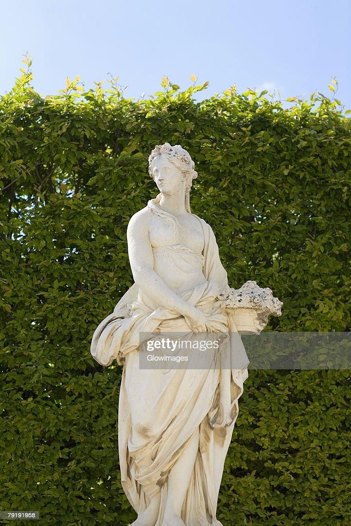 Statue in a park, Paris, France : Foto de stock
