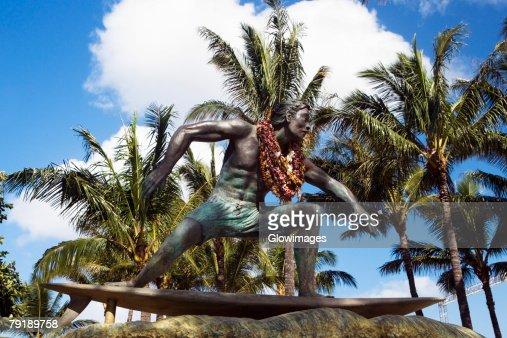 Statue of a man on a surfboard, Waikiki Beach, Honolulu, Oahu, Hawaii Islands, USA : Foto de stock