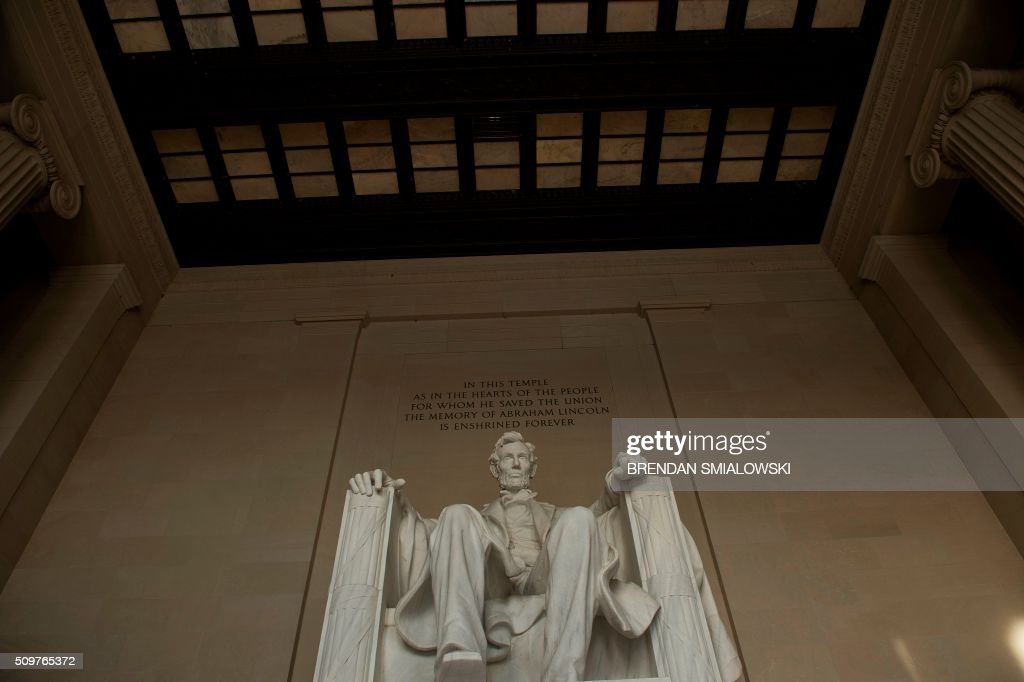 A statue of Abraham Lincoln is seen at the Lincoln Memorial February 12, 2016 in Washington, DC. / AFP / Brendan Smialowski