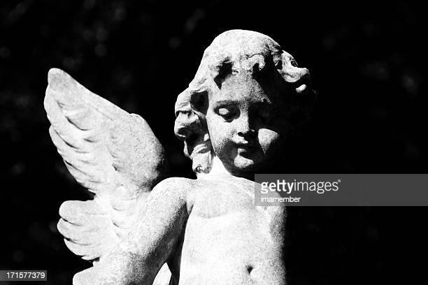 Statue von cherub-angel vor schwarzem Hintergrund, Kopie Raum