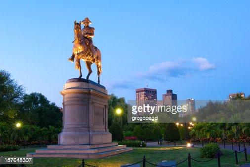ジョージ・ワシントン像のパブリックガーデンでの夜