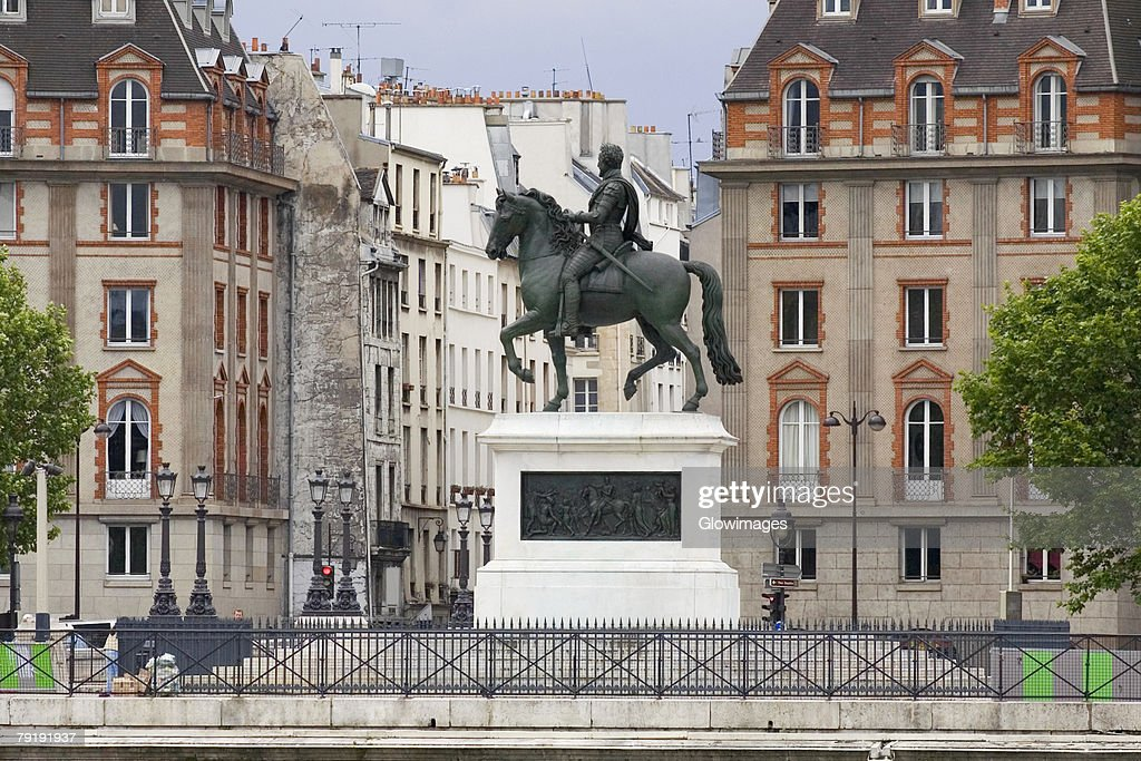 Statue of Henri IV in front of buildings, Paris, France : Foto de stock