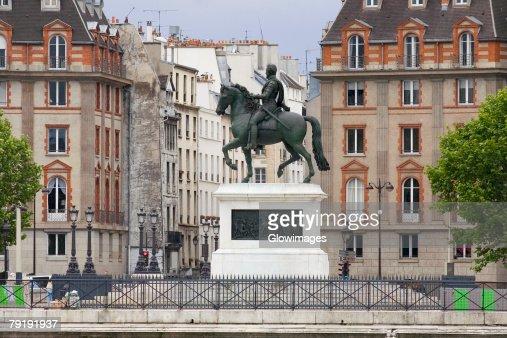 Statue of Henri IV in front of buildings, Paris, France : Foto de stock