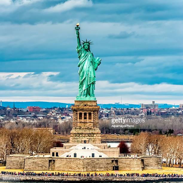 Estatua de la libertad con la ciudad de Jersey, en el fondo