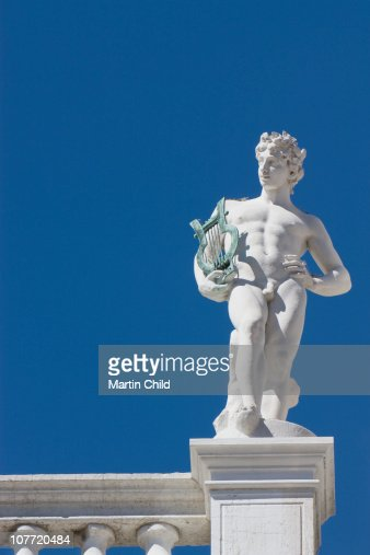 statue of naked man with harp : Foto de stock