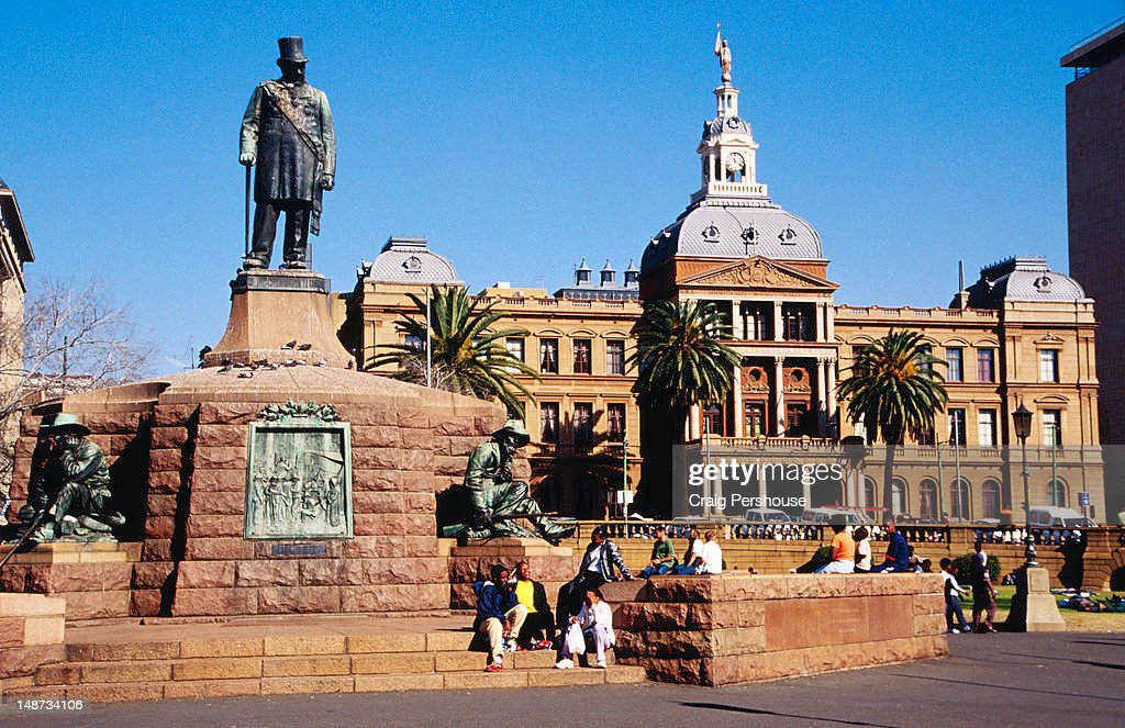 Statue of Paul Kruger with voortrekkers in Church Square with Ou Raadsaal in background.