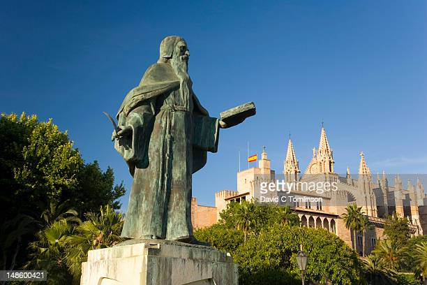 Statue of Ramon Llull on the seafront, with Palau de l'Almudaina and cathedral, La Seu, in background.
