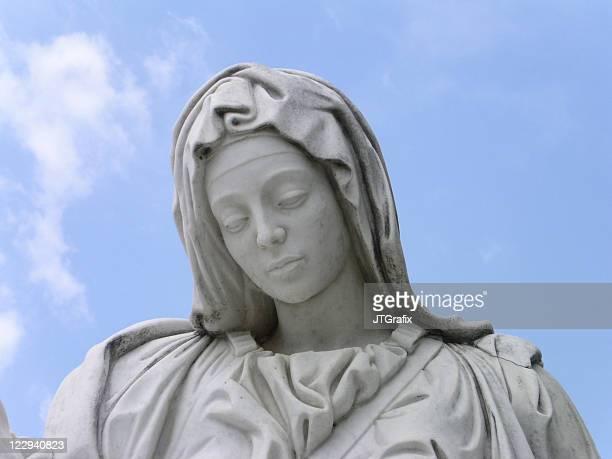 Estátua da Virgem Maria com céu azul/Piedade réplica