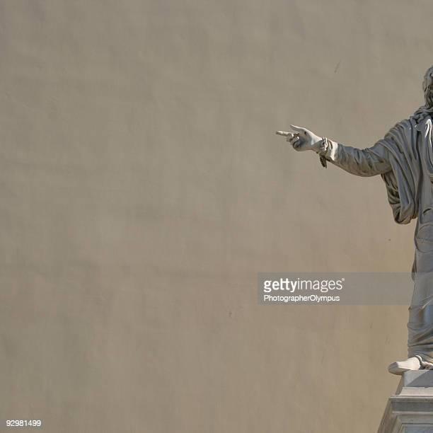 Statues Main pointant du doigt et copyspace
