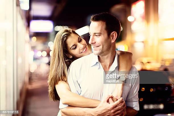 Status-Aktualisierung: in einer Beziehung! Glückliches Paar umarmen